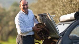 Siden 1888 har familien Quattrociocchi dyrket oliventrær og produsert olivenoljer og andre produkter med lidenskap og tradisjon. Olje fra Veroli - Olivenolje fra Quattrociocchi